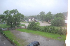Poważna sytuacja w Gorlicach. Woda zalała posesję cerkiewną Powódź